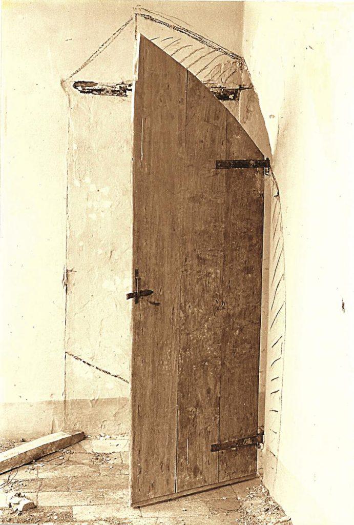 Raumeck Tür, ergänzende Kohlezeichnung auf Wand