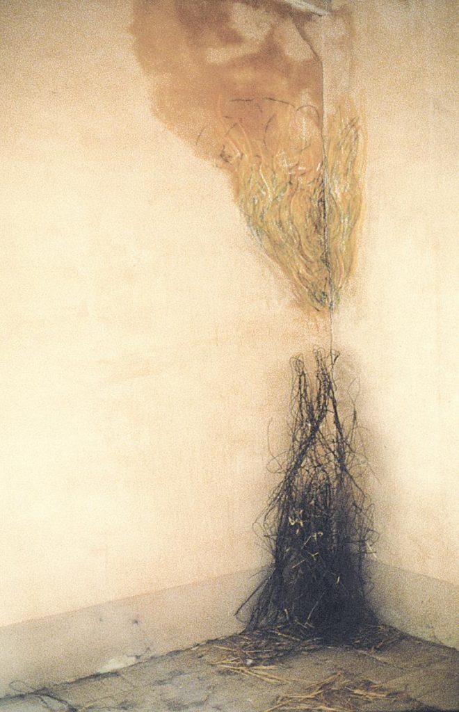Raumeck 3, Kreidezeichnung auf Wasserfleck auf Wand über im Haus gefundenen Materialresten