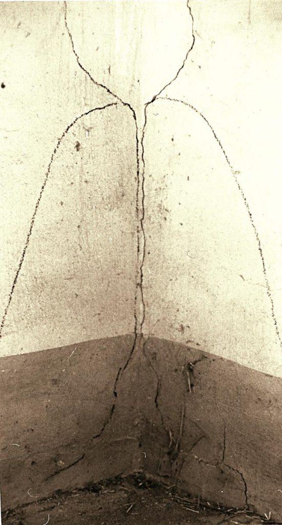 Raumeck 4, ergänzende Kreidezeichnung zu Mauerrissen auf Wand
