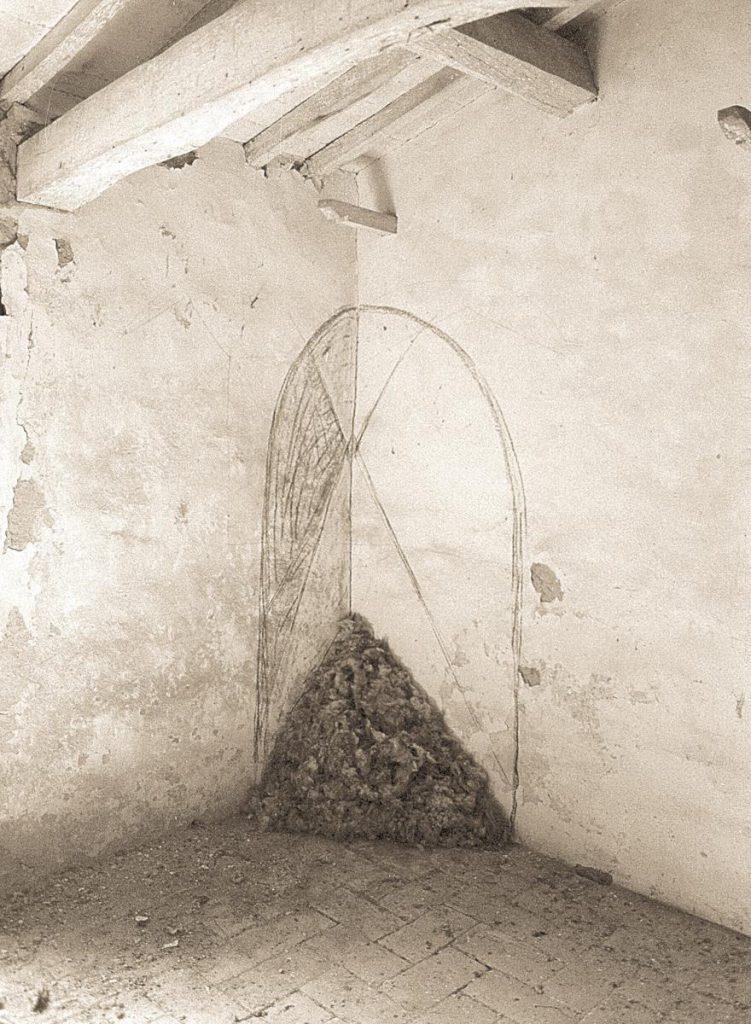 Raumeck im verlassenen Haus des Schäfers, Schafwolle, Kohlezeichnung, 1990