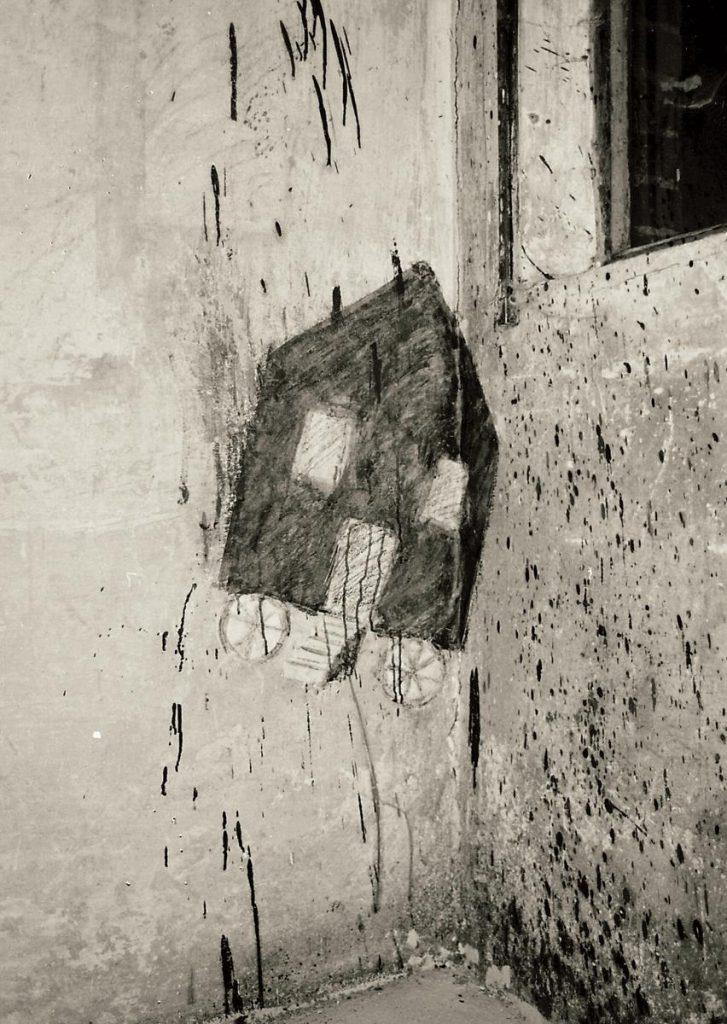 """Raumeck """"Haus auf Rädern"""", Collage, Papier und Farbe auf befleckte Wand"""