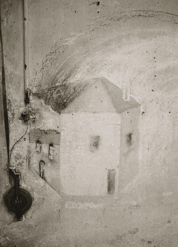 """""""Doppelgesichtiges Haus"""", ergänzende Zeichnung mit Kohle auf Ruß und anderen Spuren auf Wand"""