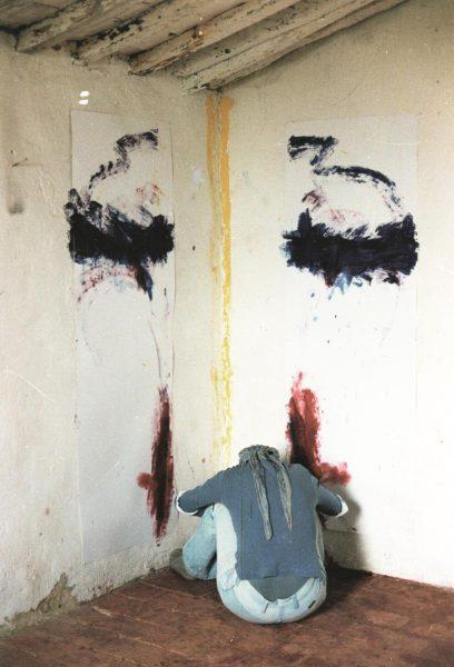 Malaktion mit Farbe an Knien, Ellbogen, Händen in Raumeck, 3 Farben: rot an Knien, blau an Ellenbogen, gelb an Händen, Palazzone / Italien 1983 (Foto: Petra Loytved-Hardegg)