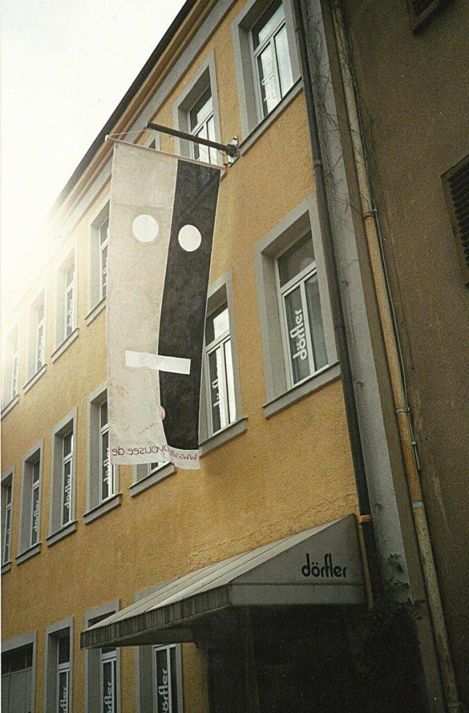 """""""www.what do you see.de"""", Fahnenstoff, Farbe, 300 x 60 cm, 2002"""
