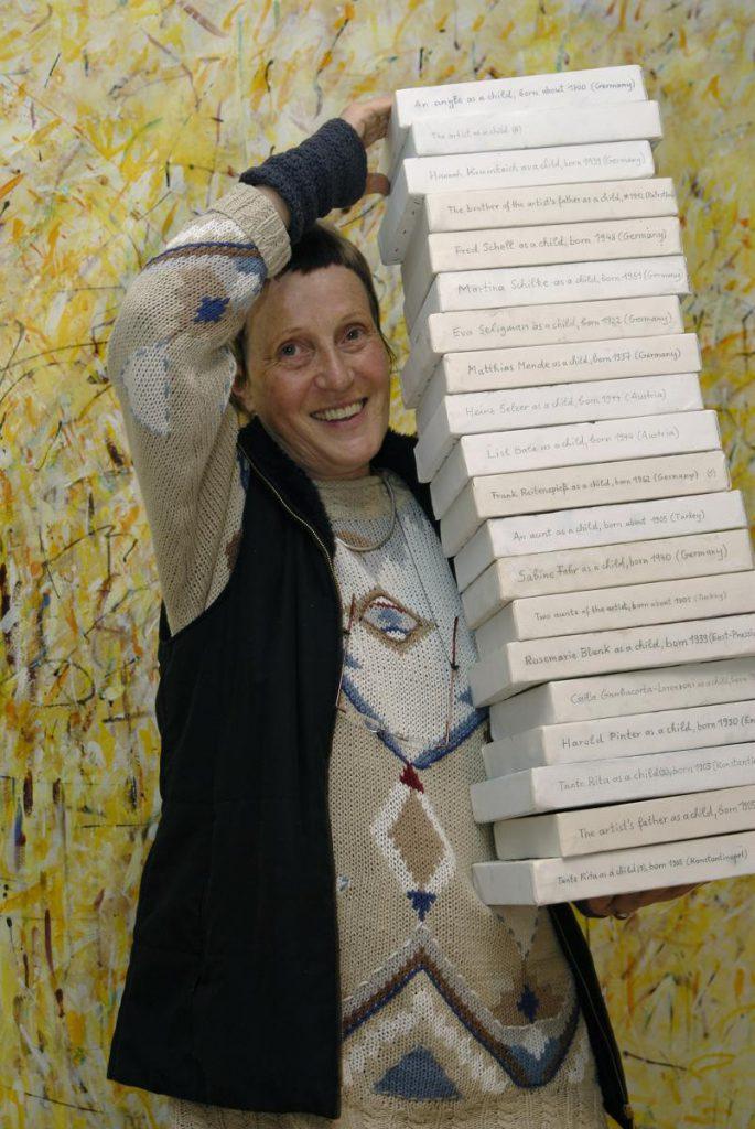 Atelierfoto, Mara Loytved-Hardegg mit Kinderbildern, 2007 (Foto Gerd Dollhopf)