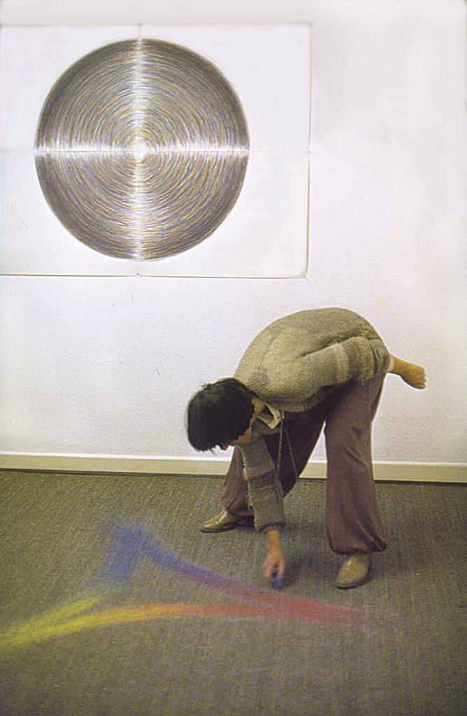 """""""Mandala"""" und Bodenzeichnung, Aktion während der Ausstellungseröffnung, farbige Kreiden (Grundfarben), Galerie Circulus, Bonn, 1980 (Foto: Anna Baumeister)"""
