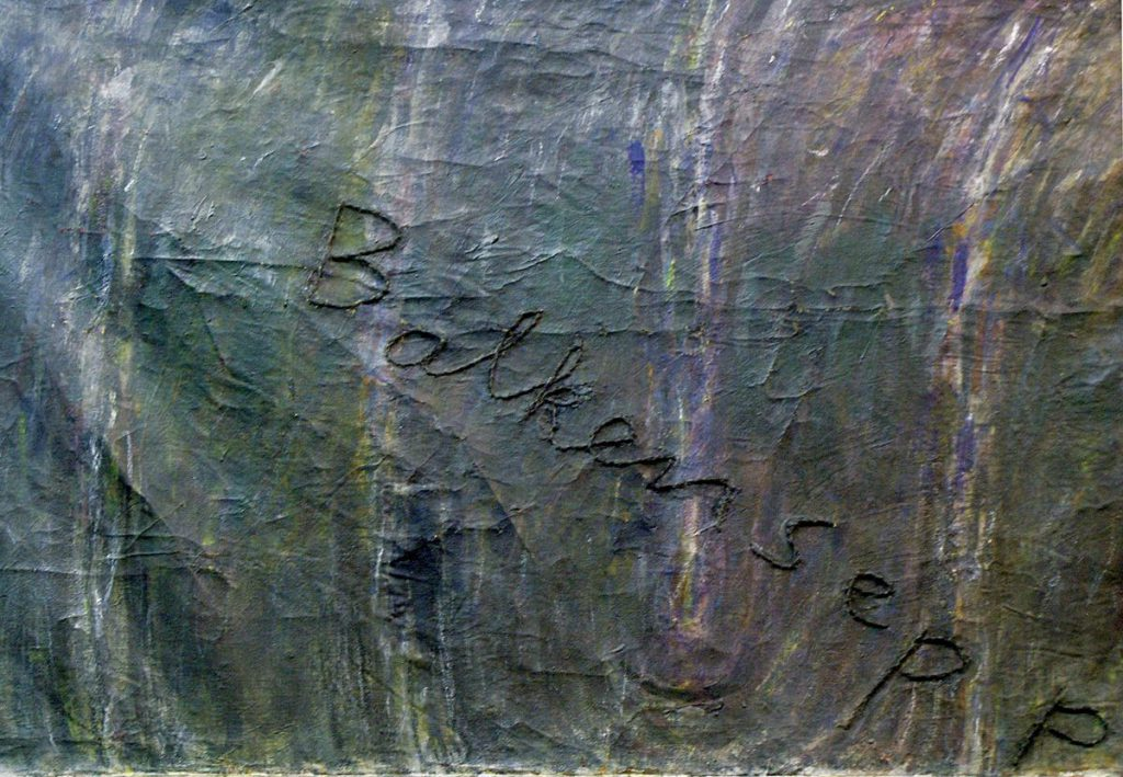 Ausschnitt mit gestickter Schrift