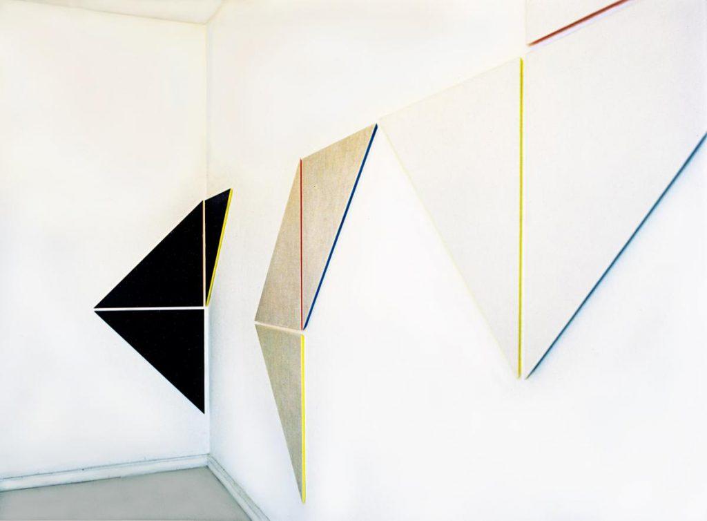 """""""3 Wandobjekte"""" (dreieckige Reliefs), Nessel und Farbe auf Holz mit farbigen Schrägkanten, farbigen Schatten und deren Mischungen in den Zwischenräumen, je 152 x 152 x 2 cm, 1974 / 1976"""