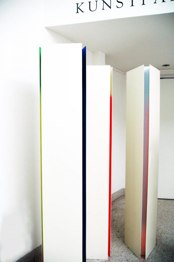 """""""Stelen mit sich mischenden Farbschatten"""", Holz, Kunststoff, Farbe, je 200 x 30 x 30 cm, 1974 / 1975, im Eingangsbereich des Germanischen Nationalmuseums Nürnberg"""