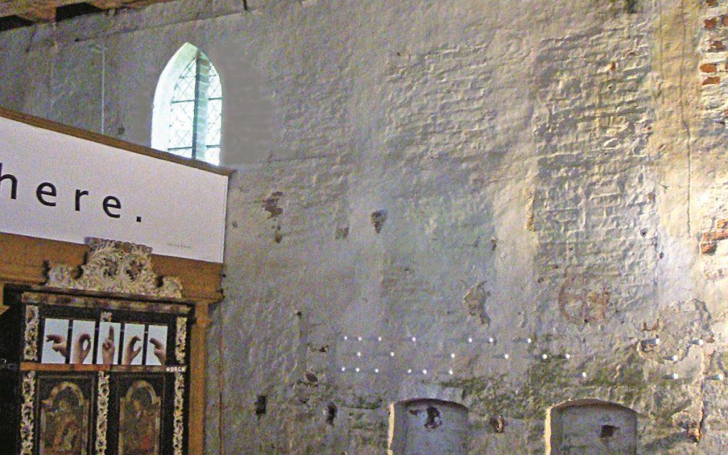 """""""Listen, it is here"""", Fotos, Wattematerial auf Wand, Schriftzug an Empore"""