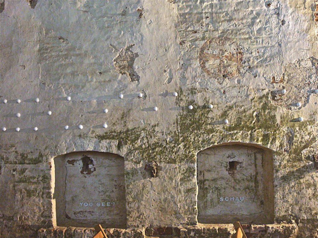 """Blindenschrift """"you see"""" und """"schau"""", Wattematerial auf Wand, 30 x 360 cm"""