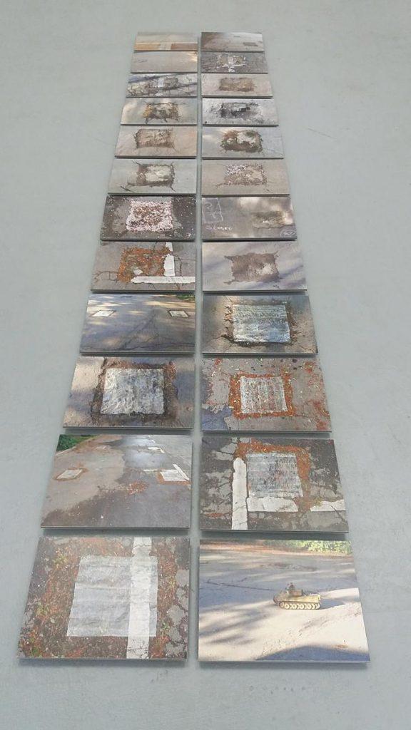 Installation von 24 Fotos: Boden-Spuren von Mauerpfeilern (sichtbare Grundrisse und im Boden verbliebene Teile) der Berliner Mauer, nahe der Bornholmer Brücke, über mehrere Jahreszeiten hinweg festgehalten, je 29 x 38 cm, Foto auf Pappe, mit Abstandhaltern