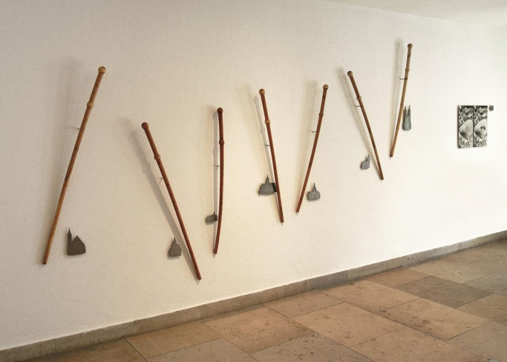 """Camino"", Eibenholz, Metall und Fotografie, 2001 (Foto: Michael Pfisterer)"
