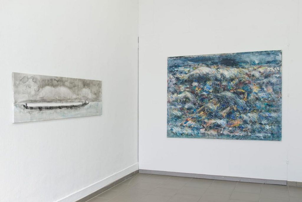 """Ausstellungsansicht, links: """"Seestück V"""", nach dem Sturm, Tusche auf Leinwand, 53 x 180 cm, 2019"""